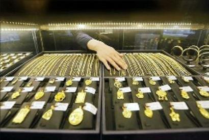 Gold tumbles on weak global cues, sluggish demand