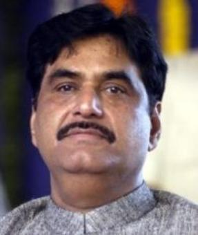 Rs 8 cr expenditure speech: EC lets off Munde with advice